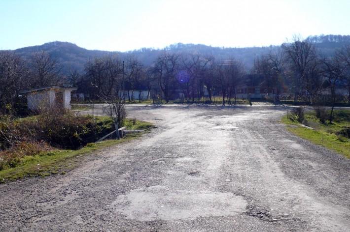 Село розгирче. К скальной церкви - налево